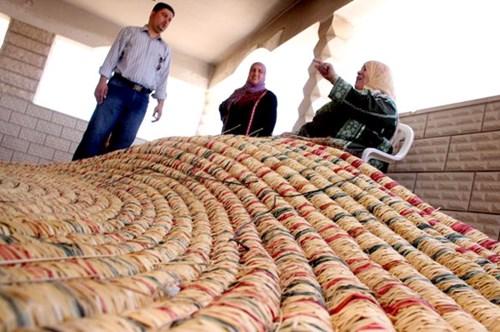 مسنة فلسطينية تنتهي صناعة أكبر