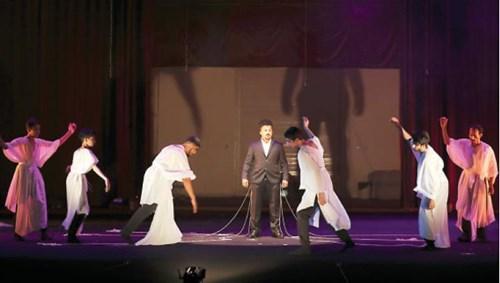مشهد من العرض المسرحي «من طمع طبع» (تصوير أشرف العمرة)
