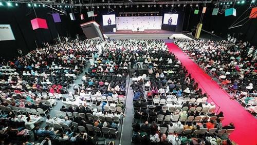 الآلاف يستمعون للإعلامي الأميركي ستيف هارفي (تصوير متوكل مبارك)