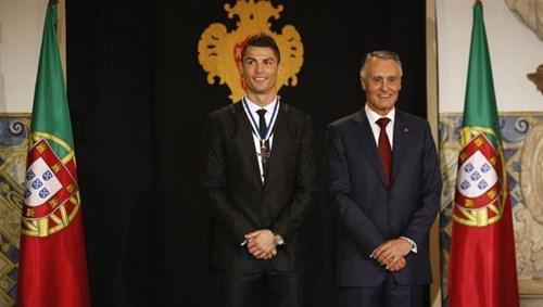 Ronaldo receives an Honorary Medal