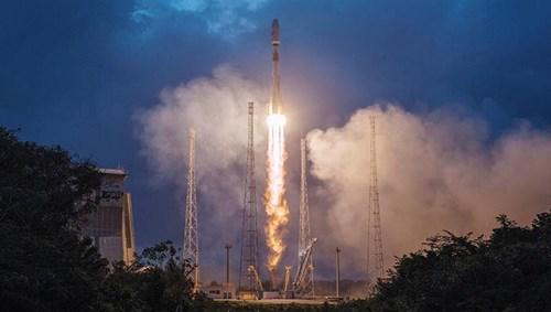 الصاروخ أثناء عملية الإطلاق ويحمل على متنه 6 أقمار صناعية (رويترز)