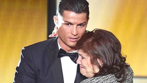 والدة رونالدو أكبر الداعمين له في مسيرته