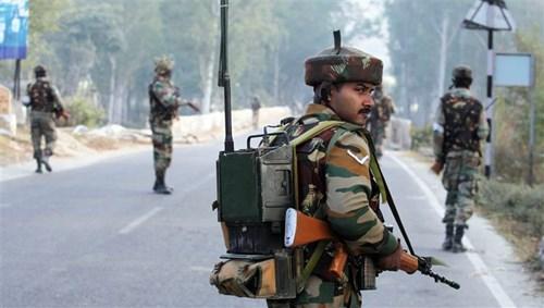 جنود من الجيش الهندي في دورية على الحدود مع باكستان