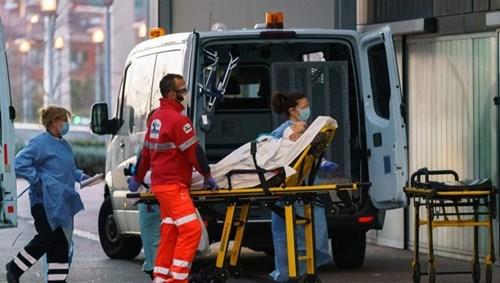 طاقم طبي ينقل مريضا مصابا بكورونا