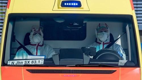 سيارة إسعاف تنفل مريضا إلى مستشفى