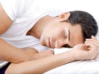 مستوى الميلاتونين في الجسم يرتفع قُبيل النوم وينخفض خلاله (من المصدر)