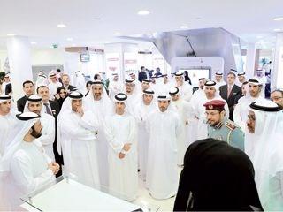 3da561451 محمد عمر عبدالله (يمين) خلال جولة في مركز أبوظبي للأعمال أمس (من المصدر