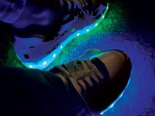 7c2329dbf الأحذية المضيئة.. سير على الأشواك - صحيفة الاتحاد