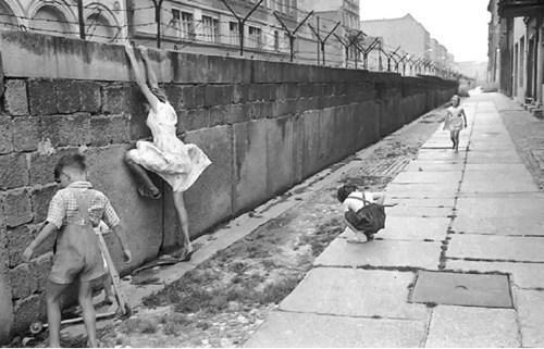 6122ad7475b35 محاولات لتسلق جدار برلين في ستينيات القرن الماضي (الصور من الأرشيف)