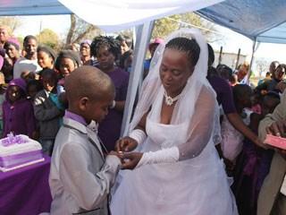 بالصور طفل يتزوج امرأه اكبر منه ب 53 عام