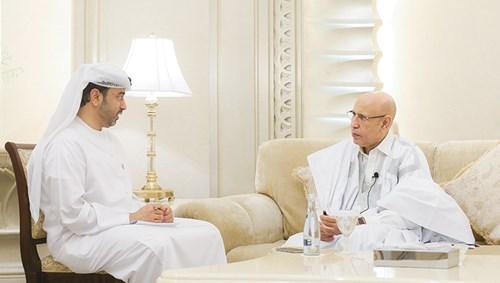 الرئيس الموريتاني يتحدث إلى رئيس تحرير «الاتحاد» (تصوير عادل النعيمي)