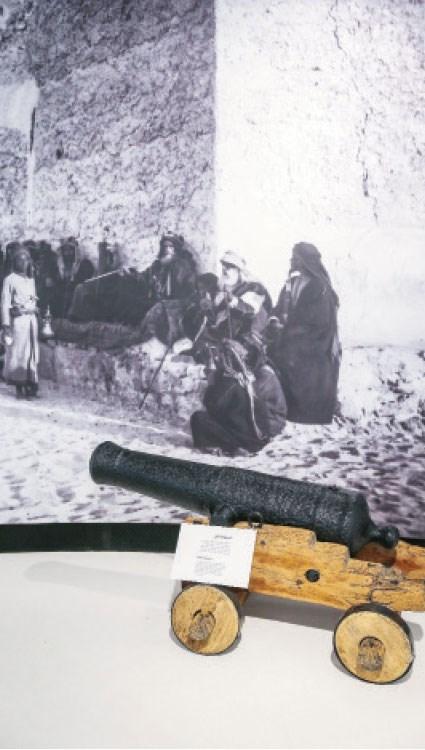 من المعروضات التاريخية في قصر الحصن (تصوير: عمران شاهد)