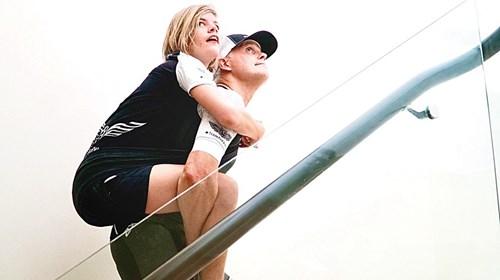 تحدي «الدرج».. سباق يجلب البهجة