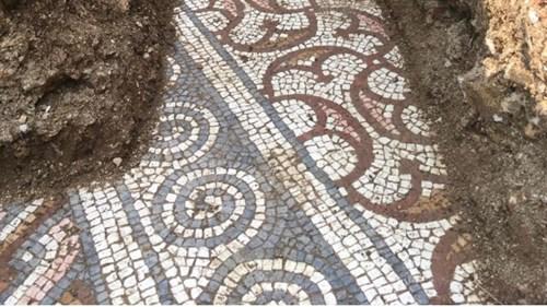 علماء يكتشفون لوحة فسيفسائية في إيطاليا بعد قرن من البحث