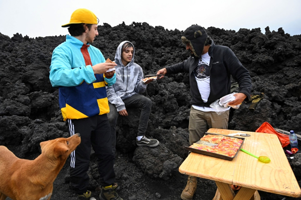Pictures … pizza baked on lava ?! – Pledge Times